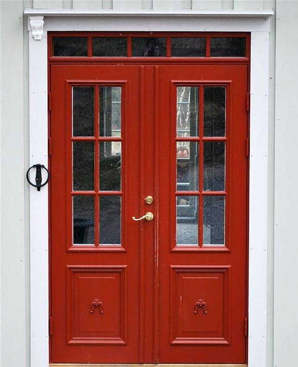 Rödmålad ytterdörr från RM snickerier