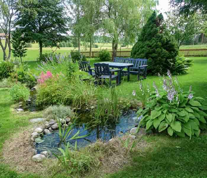 Lättsam trädgård för njutning